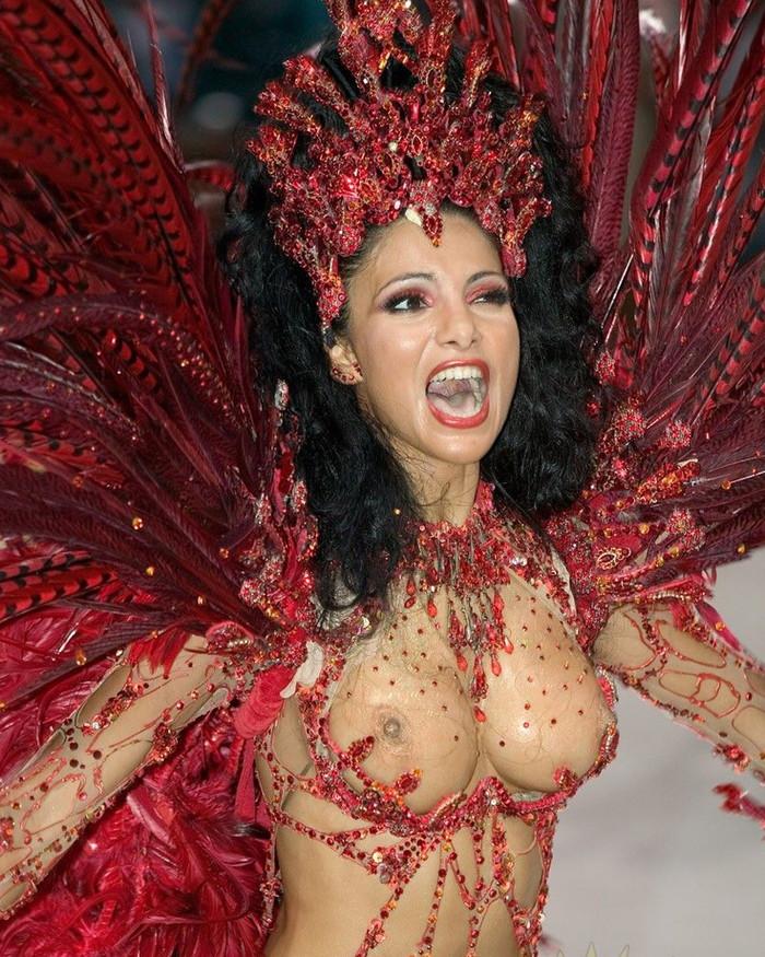 【ブラジル女性エロ画像】リオカーニバルでおっぱい丸出しで踊り狂うセクシーな女性たち 11