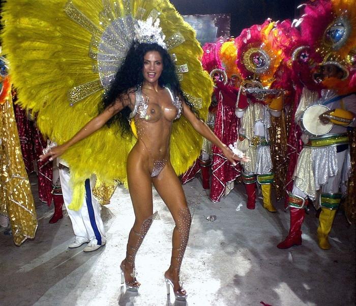 【ブラジル女性エロ画像】リオカーニバルでおっぱい丸出しで踊り狂うセクシーな女性たち 12
