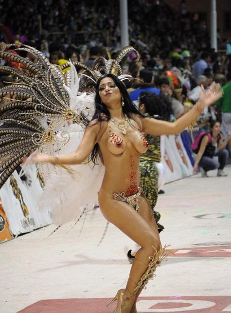 【ブラジル女性エロ画像】リオカーニバルでおっぱい丸出しで踊り狂うセクシーな女性たち 14
