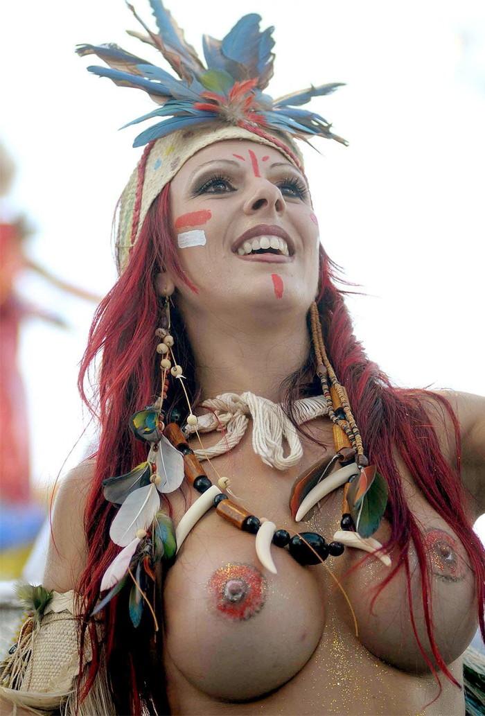 【ブラジル女性エロ画像】リオカーニバルでおっぱい丸出しで踊り狂うセクシーな女性たち 15