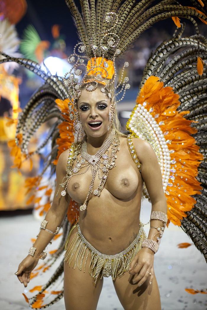【ブラジル女性エロ画像】リオカーニバルでおっぱい丸出しで踊り狂うセクシーな女性たち 18