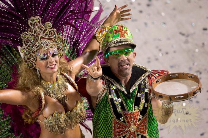 【ブラジル女性エロ画像】リオカーニバルでおっぱい丸出しで踊り狂うセクシーな女性たち 20
