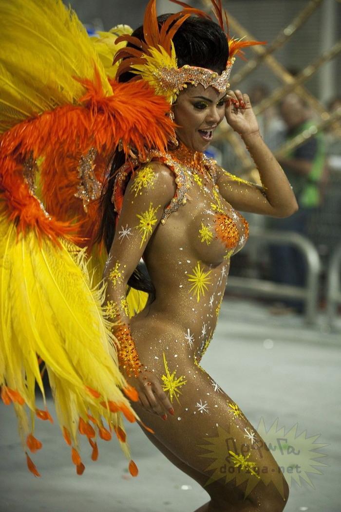 【ブラジル女性エロ画像】リオカーニバルでおっぱい丸出しで踊り狂うセクシーな女性たち 24