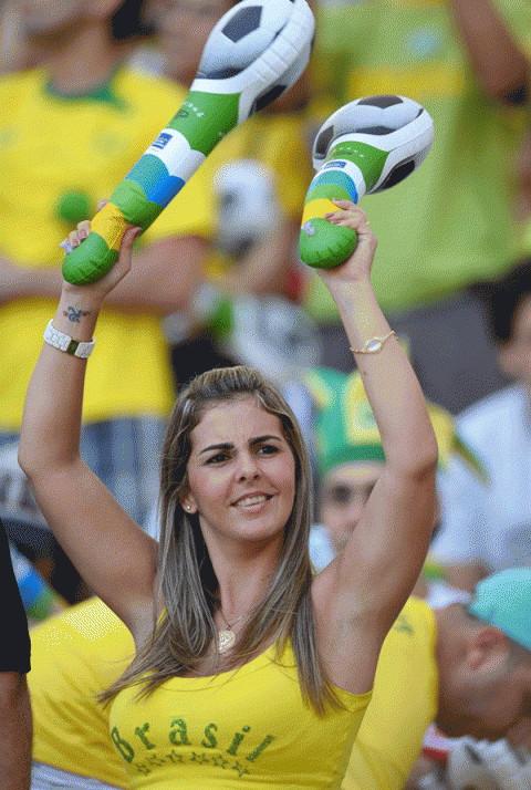 【ブラジル女性サポーターエロ画像】結構可愛い子がいる、サッカー好きなブラジル女性サポーター 03
