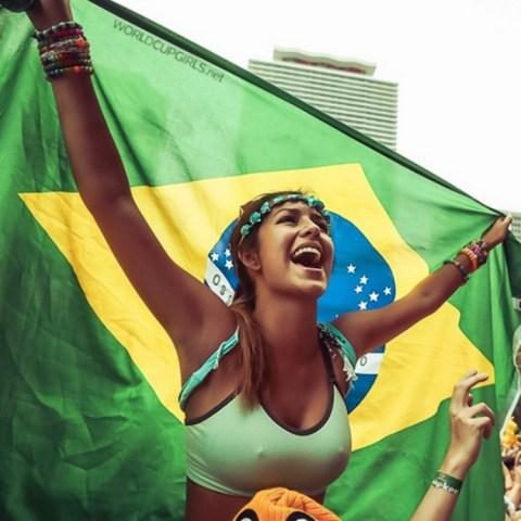 【ブラジル女性サポーターエロ画像】結構可愛い子がいる、サッカー好きなブラジル女性サポーター 04