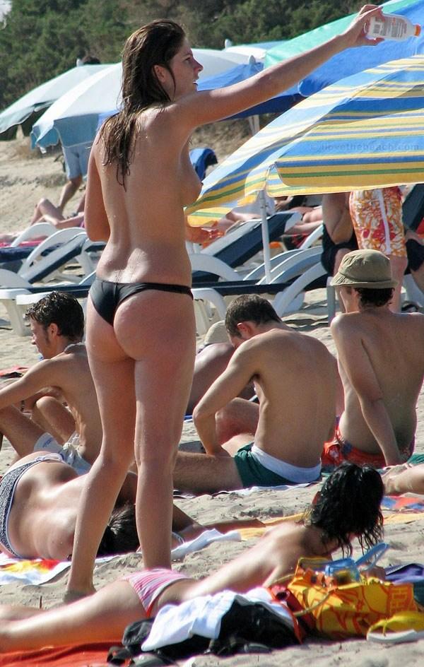 【ヌーディストビーチエロ画像】惜しげもなく自然な形で胸やアソコを隠さずにビーチを闊歩する 02
