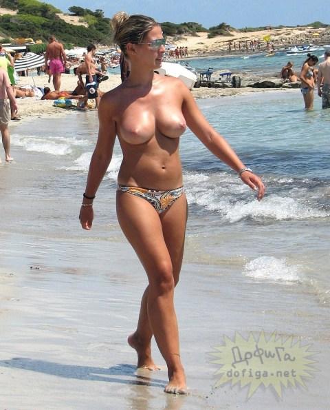 【ヌーディストビーチエロ画像】惜しげもなく自然な形で胸やアソコを隠さずにビーチを闊歩する 21