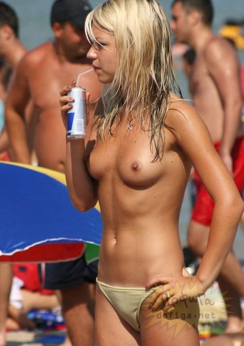 【ヌーディストビーチエロ画像】惜しげもなく自然な形で胸やアソコを隠さずにビーチを闊歩する 22