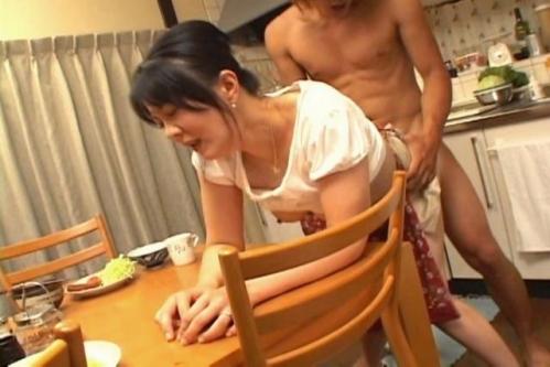 【キッチンエロ画像】食欲よりも性欲が勝ってしまい、場所を選ばずパコパコ! 19