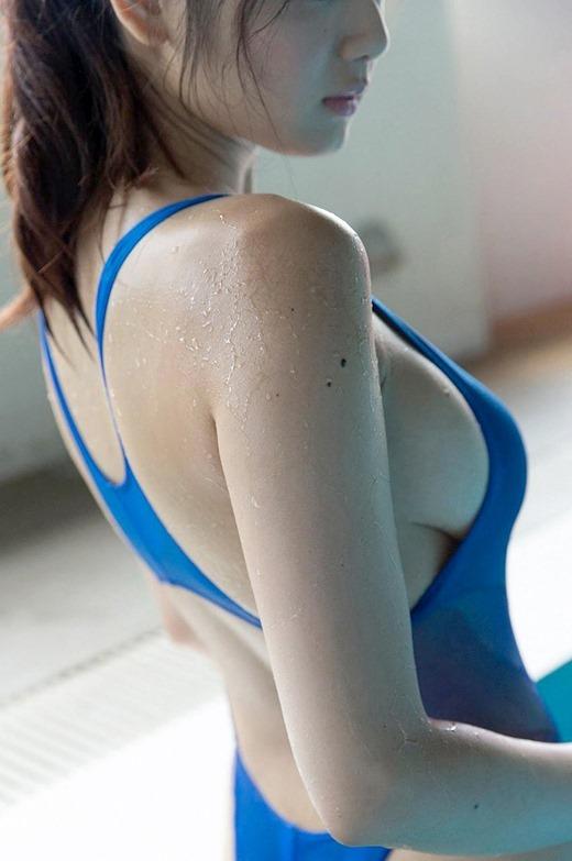 【横乳エロ画像】服の横からふっくらした柔らかそうな膨らみに萌えってか! 03