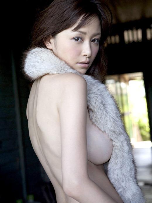 【横乳エロ画像】服の横からふっくらした柔らかそうな膨らみに萌えってか! 06
