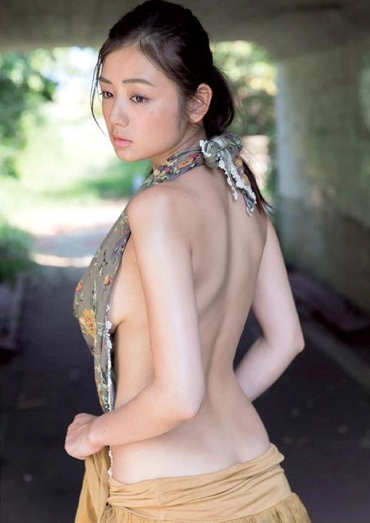 【横乳エロ画像】服の横からふっくらした柔らかそうな膨らみに萌えってか! 12