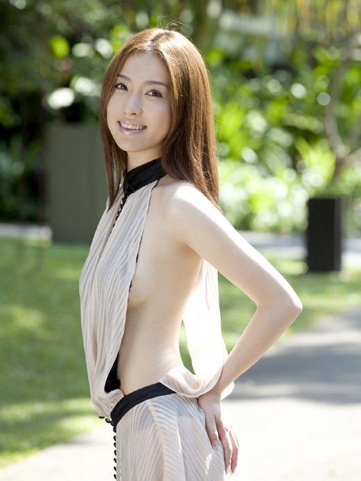 【横乳エロ画像】服の横からふっくらした柔らかそうな膨らみに萌えってか! 15