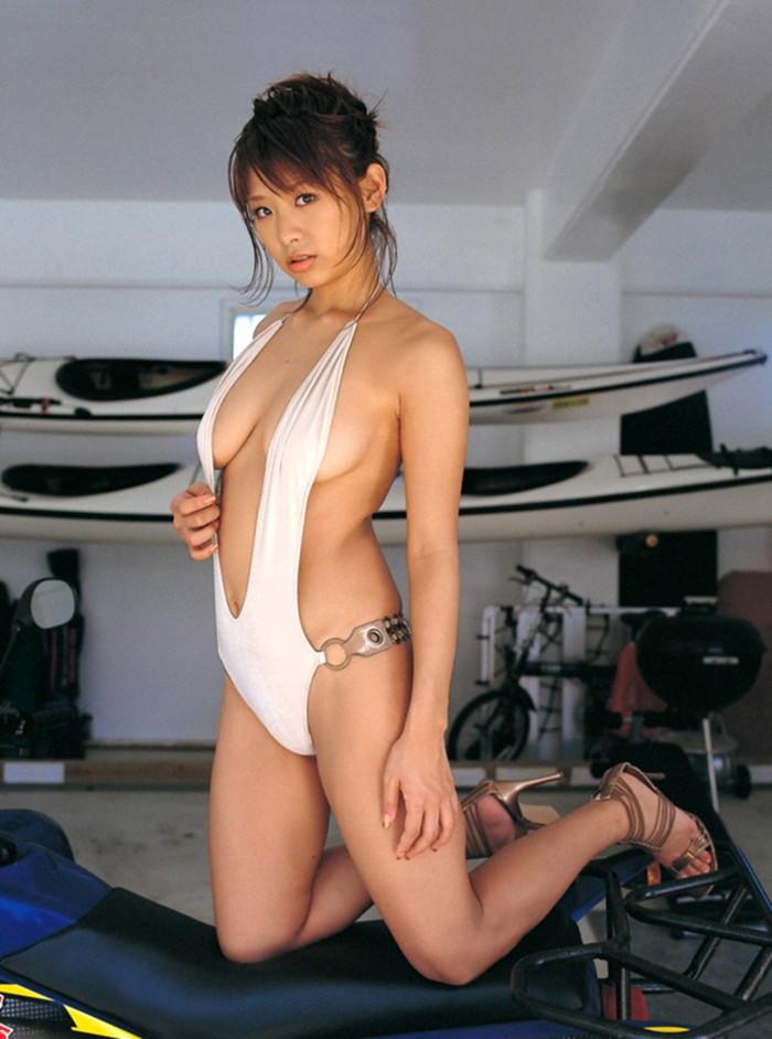 【横乳エロ画像】服の横からふっくらした柔らかそうな膨らみに萌えってか! 24