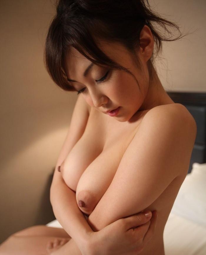【胸エロ画像】形の良い胸を見るとつい襲いたくなる衝動に駆られます! 10
