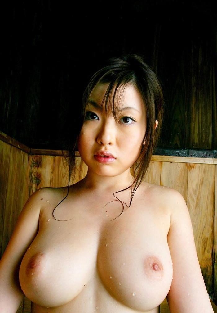 【胸エロ画像】形の良い胸を見るとつい襲いたくなる衝動に駆られます! 13