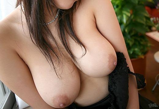 【胸エロ画像】形の良い胸を見るとつい襲いたくなる衝動に駆られます! 25