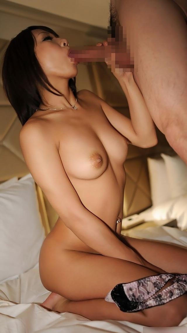 【フェラエロ画像】裸になって胸をさらけ出して一心不乱にしゃぶる・・・ 07
