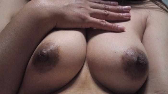 【黒乳輪エロ画像】ピンク色よりも黒々した乳輪のほうがエロくて大好き! 19