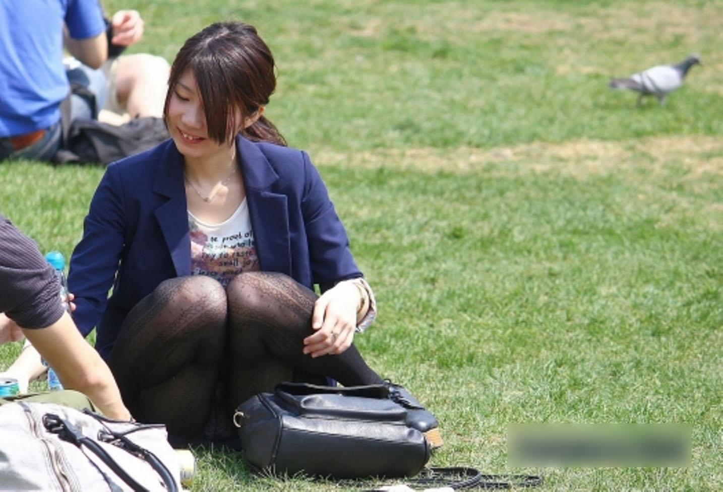 【パンチラエロ画像】休憩中に見えた人妻のパンチラww