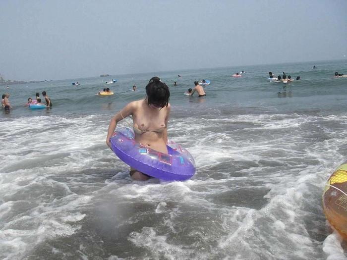 【ビーチエロ画像】明るい太陽の下でうっかりポロリ!ビーチハプニングまとめ! 05