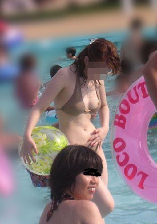 【ビーチエロ画像】明るい太陽の下でうっかりポロリ!ビーチハプニングまとめ! 08