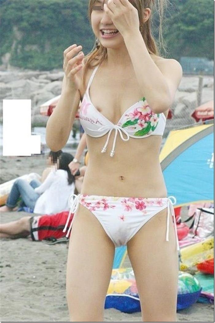 【ビーチエロ画像】明るい太陽の下でうっかりポロリ!ビーチハプニングまとめ! 13