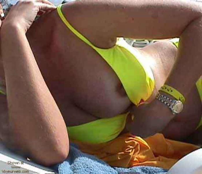 【ビーチエロ画像】明るい太陽の下でうっかりポロリ!ビーチハプニングまとめ! 23