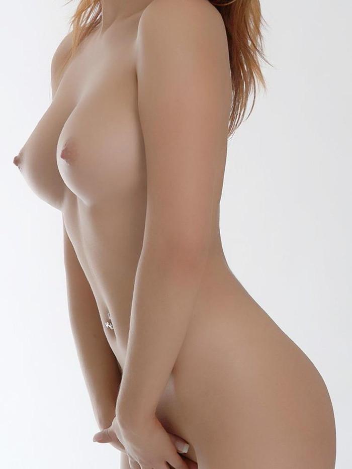 【おっぱいエロ画像】手のひらに治まりそうなサイズの美乳が妙に厭らしく思えるんだがw 18