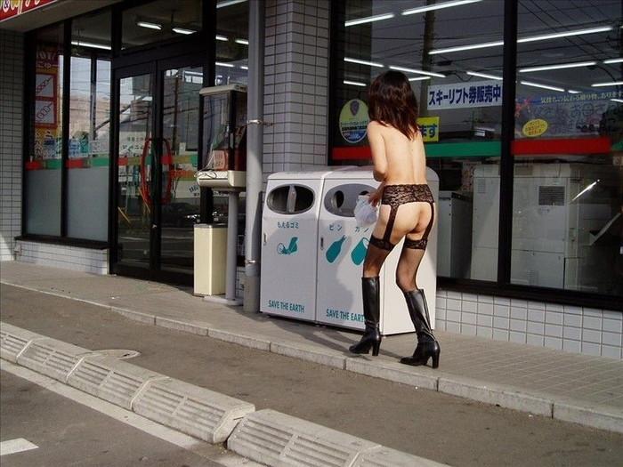 【野外露出エロ画像】こんな姿で街中出歩いちゃう最近のエロエロ素人女性たち!w 15