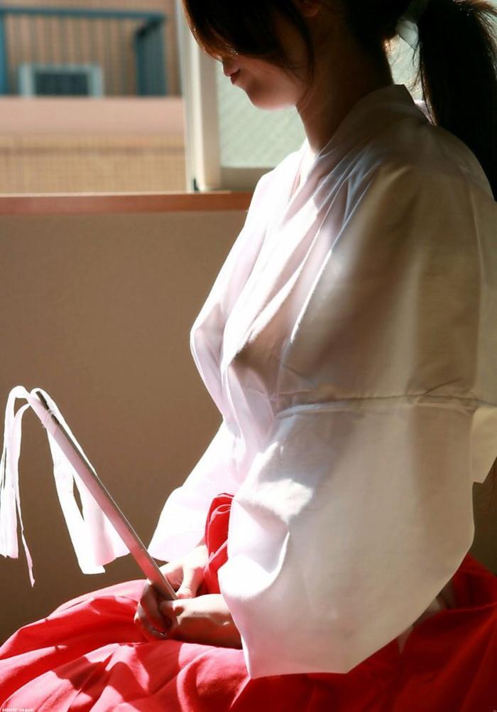 【透け透けエロ画像】普段透けていない衣装が透けた時って得した気分にならないか?w 07