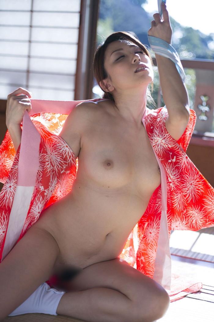 【着物エロ画像】乱れた和装に美女の肌って物凄いエロいと実感してしまった!w 02