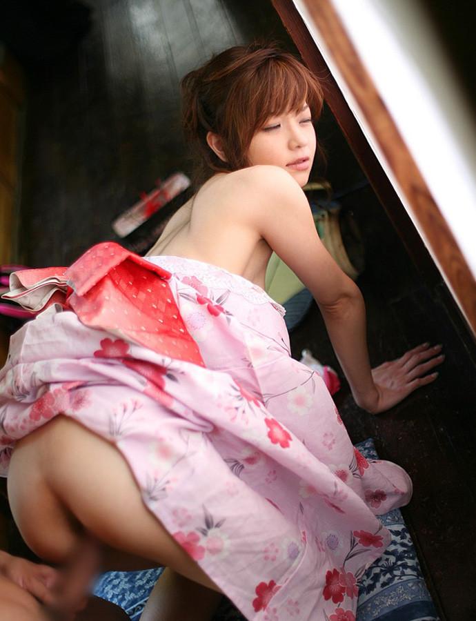 【着物エロ画像】乱れた和装に美女の肌って物凄いエロいと実感してしまった!w 12