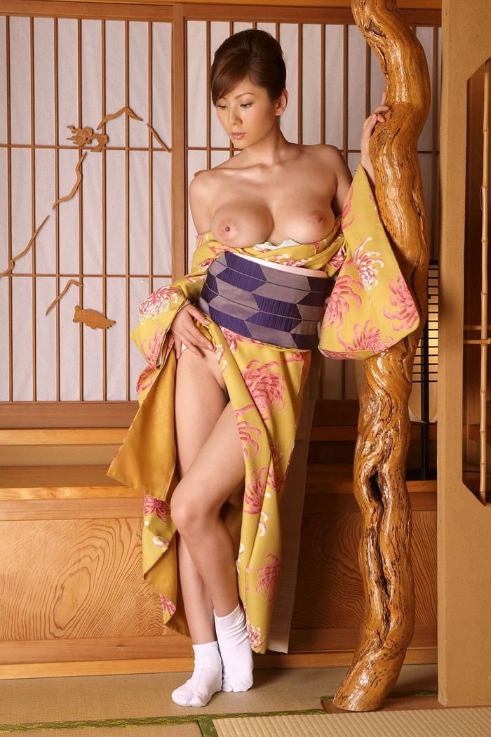 【着物エロ画像】乱れた和装に美女の肌って物凄いエロいと実感してしまった!w 23