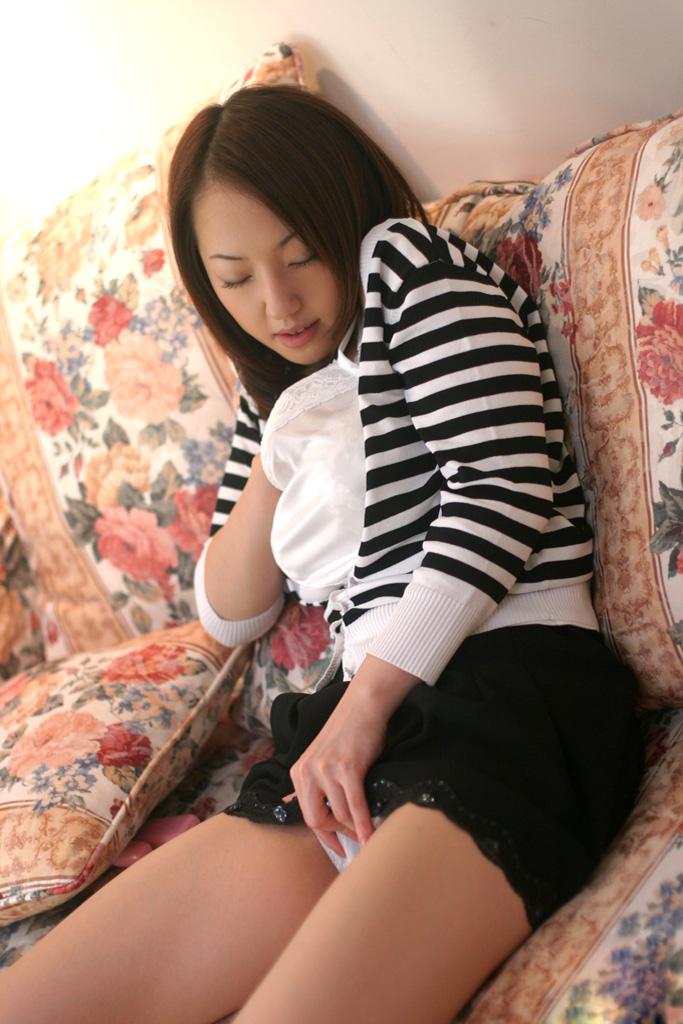 【オナニーエロ画像】道具に頼らない指オナニー!熟練の指テクで絶頂に向かう女達! 25