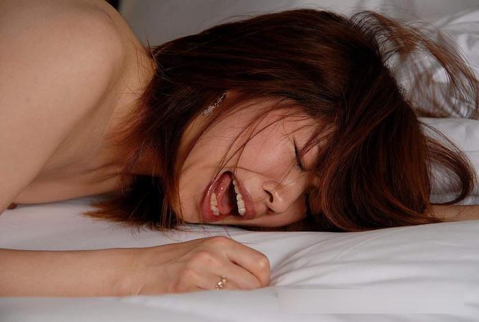 【イキ顔エロ画像】性的刺激に感極まってその表情を悦に染め上げる女の絶頂の瞬間! 17