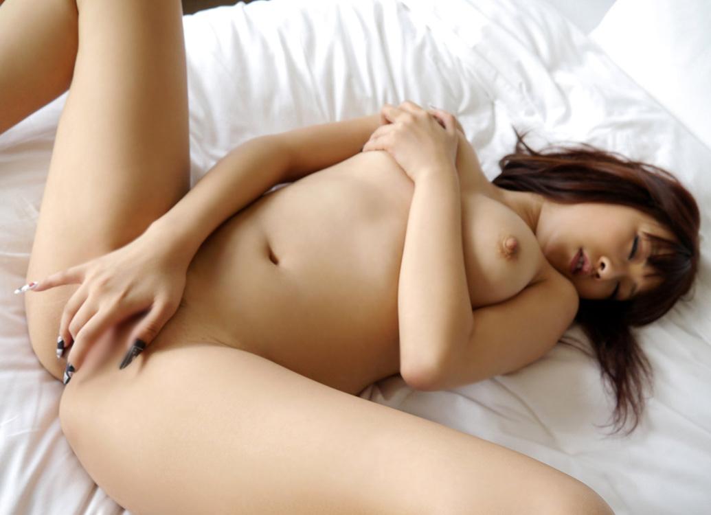 基本的な方法でオナニーする美女のエロ画像