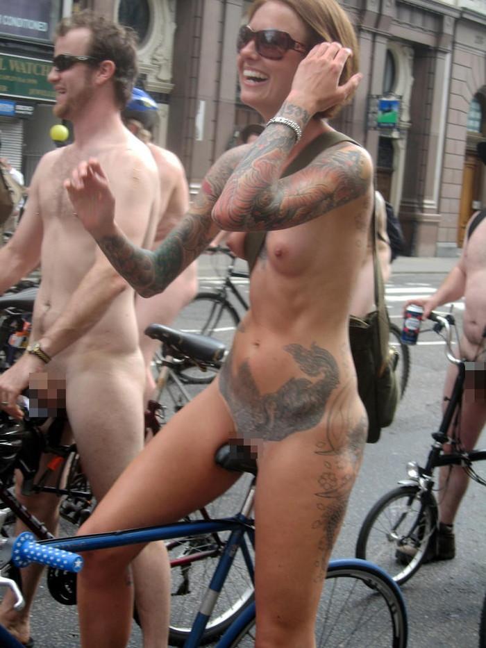 【自転車エロ画像】おまいら!こんな全裸で自転車を漕ぐ女、見たことあるか!? 01