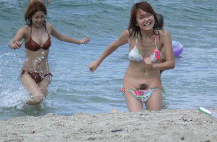 【水着ハプニングエロ画像】本人も気づかぬうちにおっぱいポロリ…オマンコまで… 21