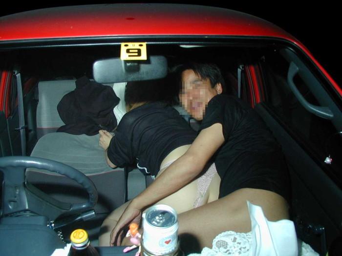【カーセックスエロ画像】車の中でのセックス!そりゃ覗かれることもあるよ! 06