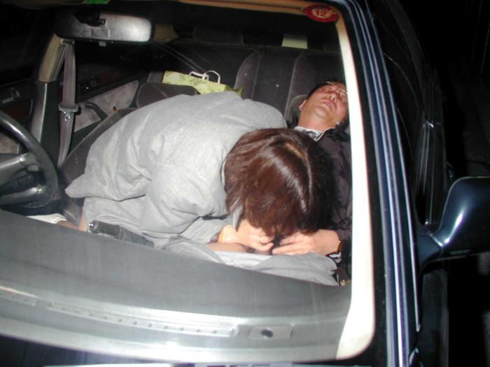 【カーセックスエロ画像】車の中でのセックス!そりゃ覗かれることもあるよ! 07