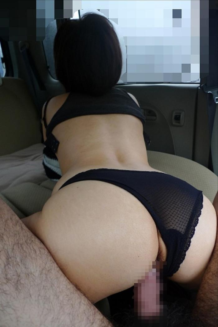【カーセックスエロ画像】車の中でのセックス!そりゃ覗かれることもあるよ! 09