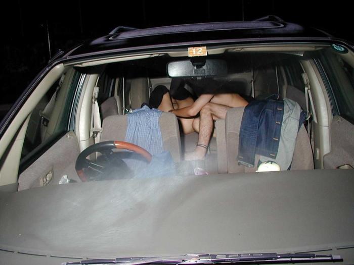 【カーセックスエロ画像】車の中でのセックス!そりゃ覗かれることもあるよ! 18