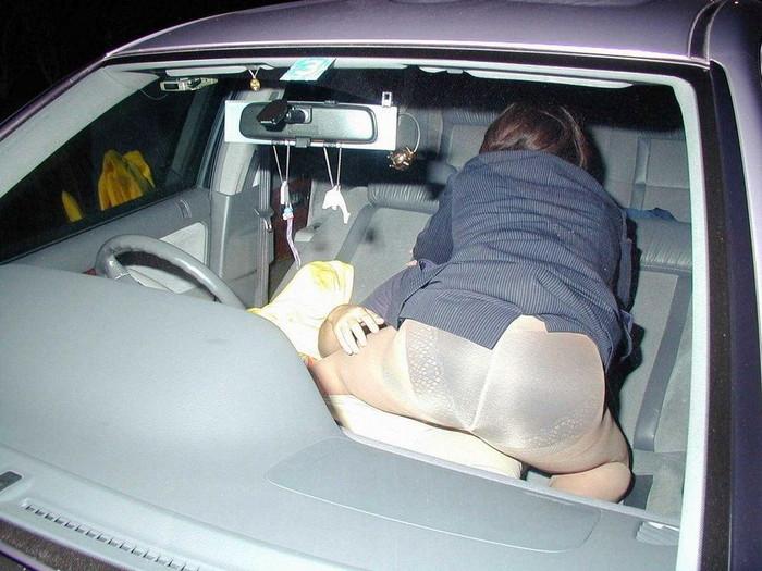 【カーセックスエロ画像】車の中でのセックス!そりゃ覗かれることもあるよ! 20