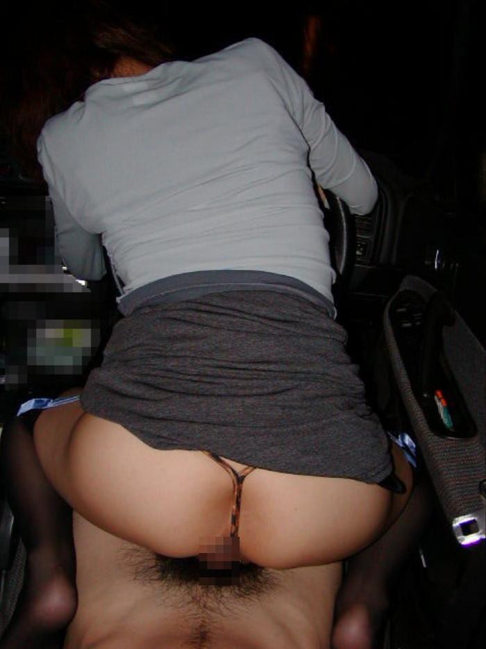 【カーセックスエロ画像】車の中でのセックス!そりゃ覗かれることもあるよ! 24