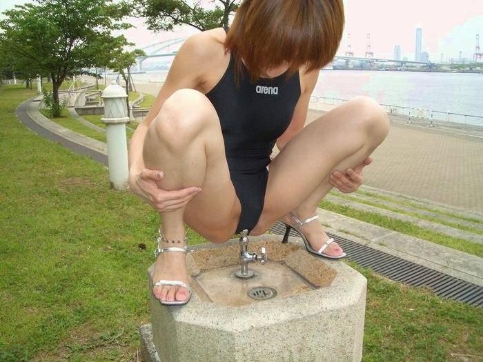 【野外露出エロ画像】年々、大胆になっていく野外露出する変態女たちの過激露出! 11