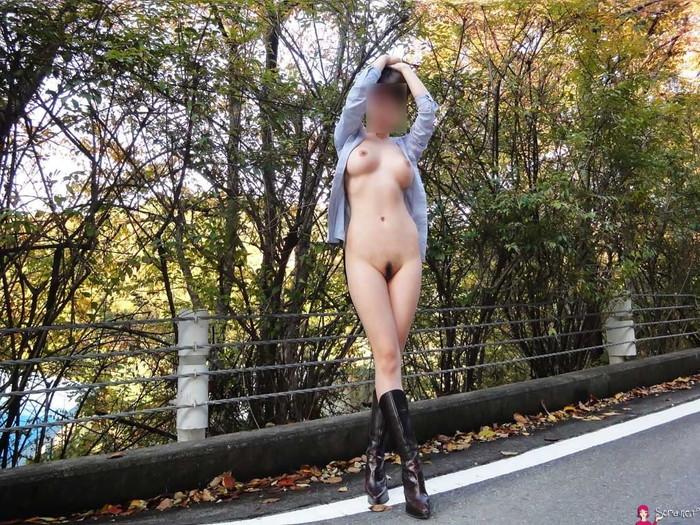 【野外露出エロ画像】年々、大胆になっていく野外露出する変態女たちの過激露出! 25