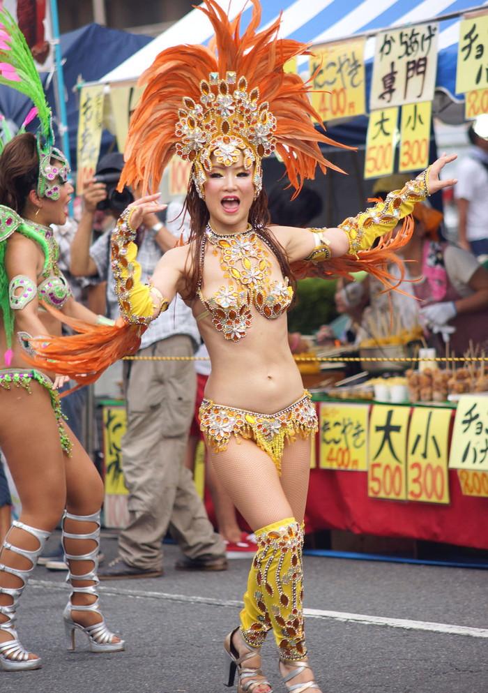 【サンバエロ画像】日本にもあった!本場さながらの衣装で踊るサンバ祭り! 01