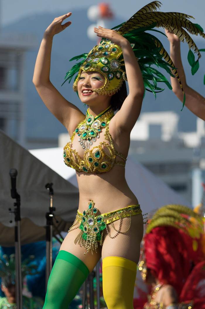 【サンバエロ画像】日本にもあった!本場さながらの衣装で踊るサンバ祭り! 02