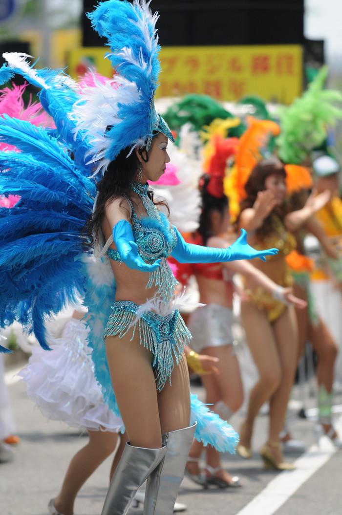 【サンバエロ画像】日本にもあった!本場さながらの衣装で踊るサンバ祭り! 04